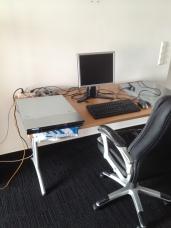 Was könnte das graue Ding auf dem Schreibtisch sein? Es hat gezischt und gerattert.